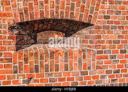 Brèche dans le mur de briques rouges de l'ancienne forteresse Banque D'Images