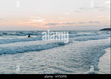 Les adolescents bénéficiant le surf dans la baie de Rhossili, Galles du Sud. Banque D'Images