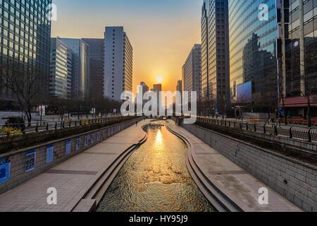 Cheonggyecheon Stream et Séoul ville lorsque le lever du soleil, Séoul, Corée du Sud Banque D'Images