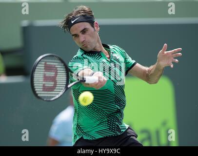 2 avril 2017 - Miami, FL, United States - BISCAYNE, Floride - 02 avril: Roger Federer (SUI) en action ici, joue Rafael Nadal (ESP) à l'Open de Miami 2017 match de tennis le 2 avril 2017, au centre de tennis à Crandon Park à Key Biscayne, Floride. (Crédit Image: © Andrew Patron via Zuma sur le fil)
