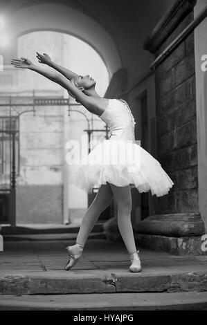 Ballerine femme posant Banque D'Images