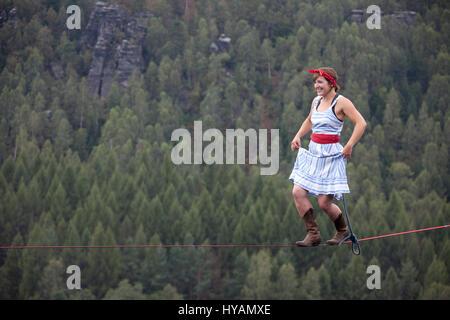 OSTROV, RÉPUBLIQUE TCHÈQUE: une femelle slackliner montre en haute-fil. De s'habiller en costume d'embaucher des Banque D'Images