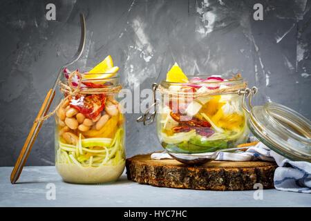 Des pâtes avec des courgettes jar le tofu, les haricots et les légumes. Détox, régime, végétarien, végétalien, manger Banque D'Images