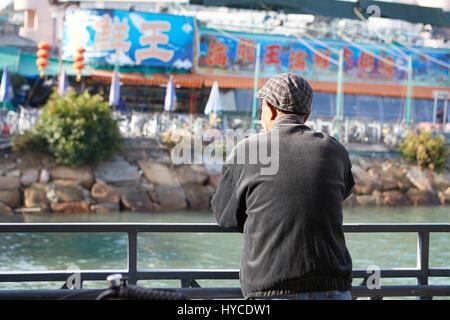 L'homme chinois sur la jetée, Cheung Chau Hong Kong. Banque D'Images