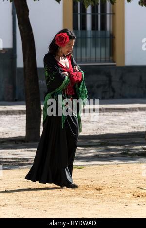 Une espagnole vêtue comme une danseuse de flamenco en attente d'une partie de l'école des enfants pour donner une Banque D'Images