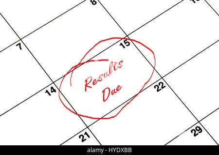 Résultats En raison encerclée sur un calendrier en rouge Banque D'Images