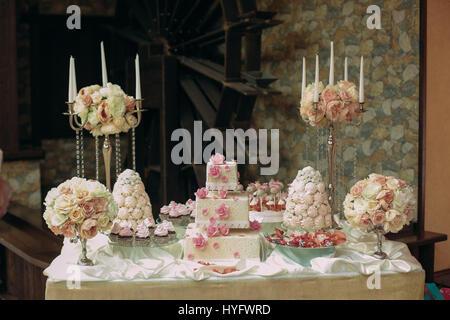 Gâteau de mariage dans la salle de banquet Banque D'Images