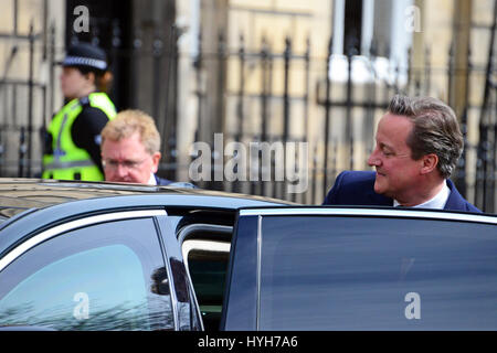 Le premier ministre David Cameron quitte Bute House à Édimbourg, après des négociations avec le premier ministre Nicola Sturgeon avec le secrétaire d'État pour l'Écosse David Mundell dans l'arrière-plan