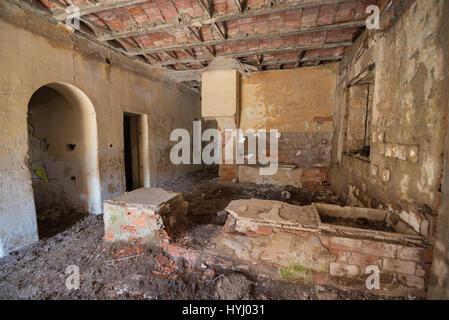 Intérieur de maison en ruine