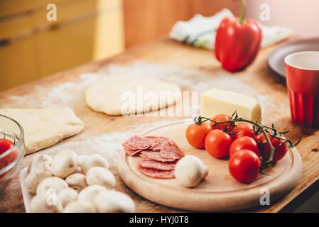 Préparation Pizza ensemble d'ingrédients sur table en bois Banque D'Images