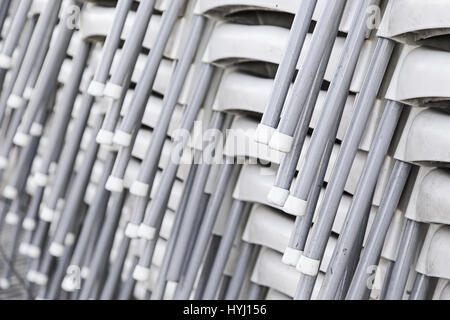 Chaises empilées dans la rue, détail d'un entrepôt Banque D'Images
