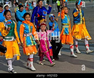 Enfants dans les vêtements traditionnels Deel, procession au festival du costume national de Mongolie, Oulan-Bator, Banque D'Images