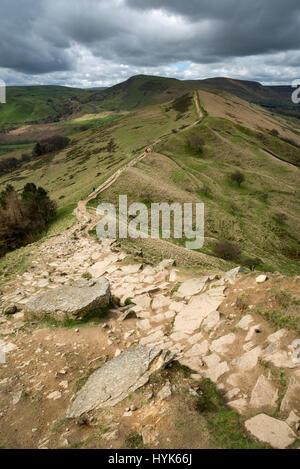 La crête de la grande marche, Peak District, Derbyshire. Vue de l'arrière de Mam Tor Tor. Banque D'Images
