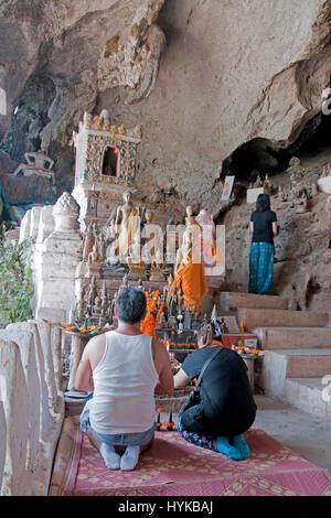 Pak Ou grottes bouddhistes sur le Mékong, au nord de Luang Prabang sont remplis d'images de Bouddha. Banque D'Images