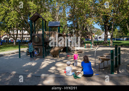 Les familles, les enfants, la mère et les enfants, les parents et les enfants, aire de jeux, Sonoma Plaza, ville Banque D'Images