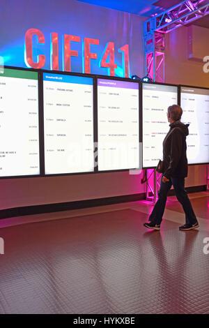 Vues femme flim annonces au Festival International du Film de Cleveland à Cleveland, Ohio, USA. Banque D'Images