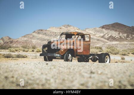 L'affichage classique d'une vieille camionnette rouillée accident de voiture dans le désert sur une belle journée ensoleillée avec ciel bleu en été avec retro vintage VSCO s Instagram