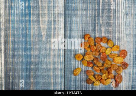Un tas de raisins secs sur la table en bois. Il y a une place pour le texte Banque D'Images