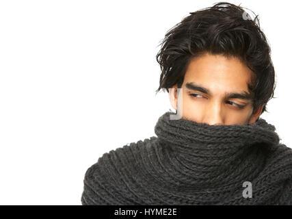 Portrait d'un homme mystérieux à visage couvert par l'écharpe de laine Banque D'Images