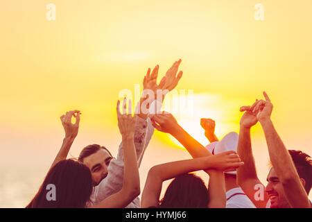 Les gens danser à la plage avec les mains. concept de partie, la musique et les gens Banque D'Images