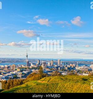 Auckland, Nouvelle-Zélande, du volcan Mont Eden, le bord du cratère est au premier plan. Banque D'Images