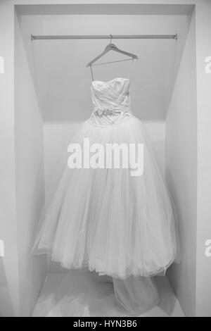 Robe de mariage sur un support en noir et blanc