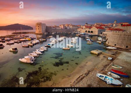 Dubrovnik, Croatie. Belle romantique vieille ville de Dubrovnik pendant le lever du soleil. Banque D'Images