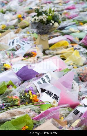Tributs floraux à Westminster devant les maisons du parlement après le terrorisme attaque par Khalid Masoods. Londres. 2017