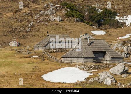 Haut alpage pittoresque Velika Planina et vieux berger en bois traditionnels cottages en Slovénie Banque D'Images