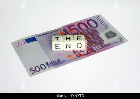 ILLUSTRATION - Les mots 'LA FIN' sont énoncées avec trois dés-lettre sur le dessus d'un 500-billet d'euro. Prise Banque D'Images