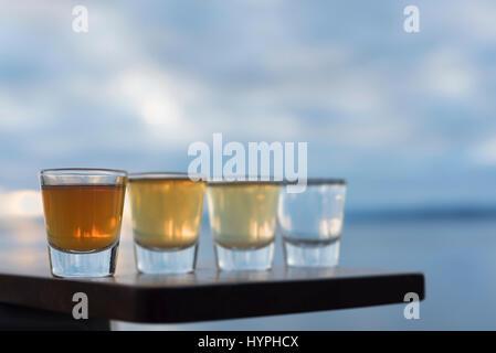 Quatre coups d'une variété de tequila sur tableau de bord Banque D'Images