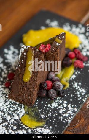 Brownies au chocolat décoré avec des baies Banque D'Images