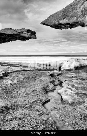 La glace se forme en noir et blanc, le lac Winnipeg, Canada Banque D'Images