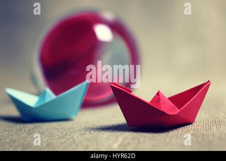Les bateaux de papier de couleur Banque D'Images