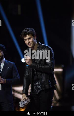 Comédien Jus règne présente le Prix choix du ventilateur à Shawn Mendes, à la remise des Prix Juno 2017. Banque D'Images