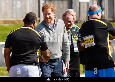 Bath, Royaume-Uni, 7 avril, 2017. Le prince Harry est photographié parlant à l'athlète de l'Université de Bath Sports Banque D'Images