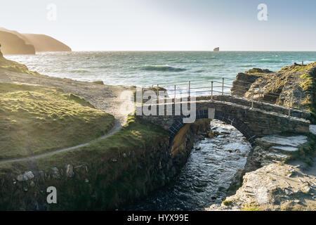Le coucher de soleil sur la côte de Cornwall par Sainte Agnès, Travellas Coombe, England, UK Banque D'Images