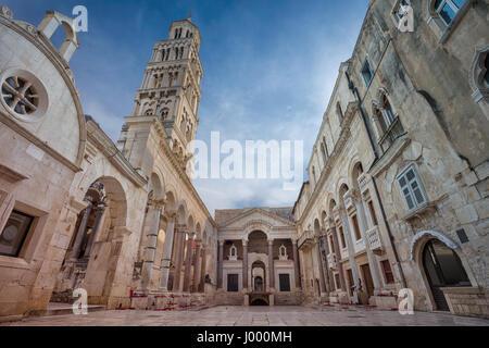 Split. Belles rues romantiques de la vieille ville de Split au cours de journée de printemps. Banque D'Images