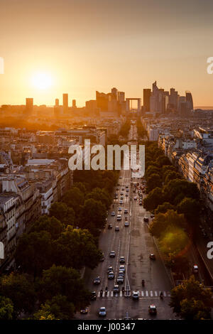 Coucher du soleil d'été sur l'Avenue de la Grande Armée et la défense nationale quartier de Paris. 16ème et 17ème arrondissement, Paris, France