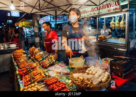 Chiang Mai, Thaïlande - 27 août 2016: jeunes hommes vendre au satay Marché du samedi soir le 27 août 2016 à Chiang Banque D'Images