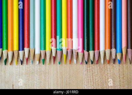 Divers Crayons de couleur dans la rangée Banque D'Images