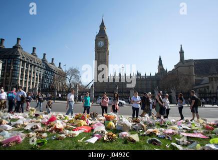 Tributs floraux au Parlement place devant le Palais de Westminster où l'attaque terroriste de Londres a eu lieu.