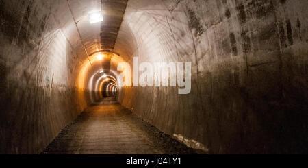 """Un """"rail trail' La piste cyclable et sentier traverse un tunnel désaffecté sur un ancien chemin de fer à Penistone dans le sud du Yorkshire, Angleterre."""