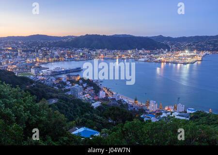 Wellington, Nouvelle-Zélande, de Mount Victoria, au crépuscule. Banque D'Images