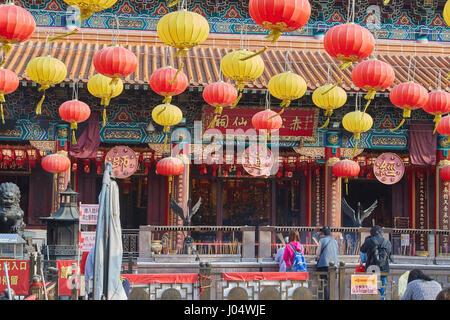 Les fidèles au Temple de Wong Tai Sin, Hong Kong. Banque D'Images
