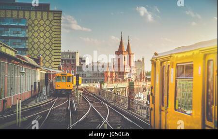 Vue panoramique de Berliner U-Bahn avec Oberbaum Bridge en arrière-plan dans la lumière du soir au coucher du soleil Banque D'Images