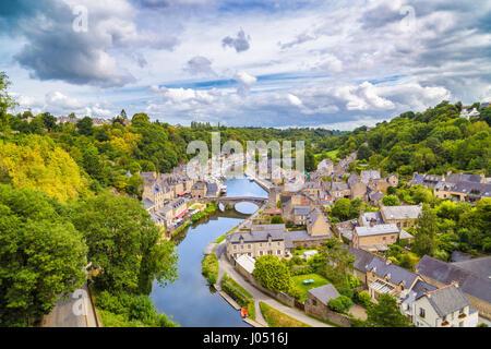 Vue aérienne de la ville historique de Dinan avec rance avec des nuages, Côtes-d'Armor, Bretagne, France Banque D'Images