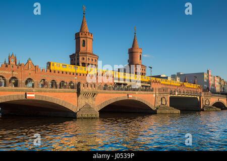 Classic vue panoramique de célèbre pont Oberbaum historique avec Berliner U-Bahn traversant la rivière Spree sur Banque D'Images