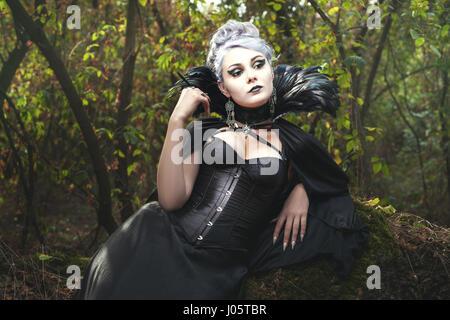 Belle femme une sorcière dans la forêt. Banque D'Images