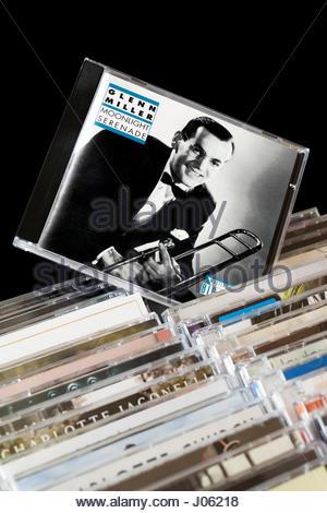 Moonlight Serenade de Glenn Miller sorti de CD entre les rangées d'autres CD's, en Angleterre Banque D'Images
